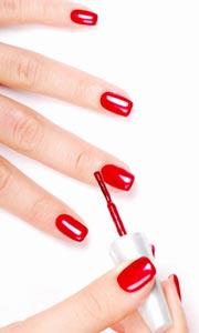 Fingernägel mit Nagellack in rot